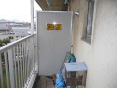 函館市深堀町の市営住宅でバルコニー隔て板修理