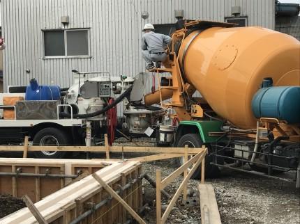 コンクリートをミキサー車で工場から運びます