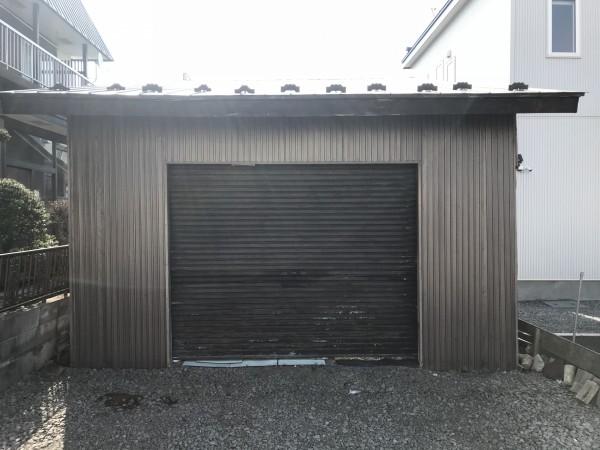 シャッターの錆がひどい車庫