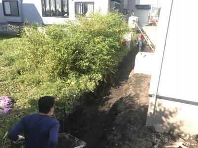 隣地境界にフェンスを設置する様子