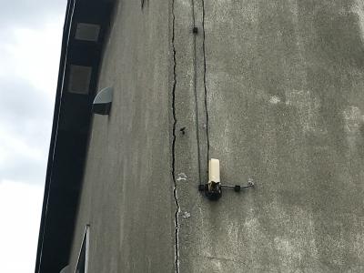 亀裂が入った外壁