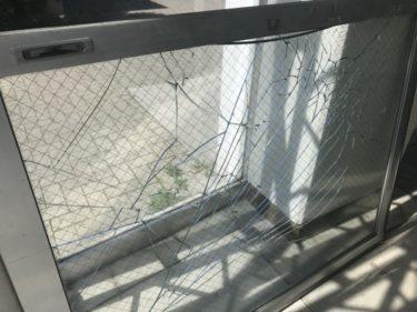 函館市花園町の集合住宅共用玄関窓ガラス破損