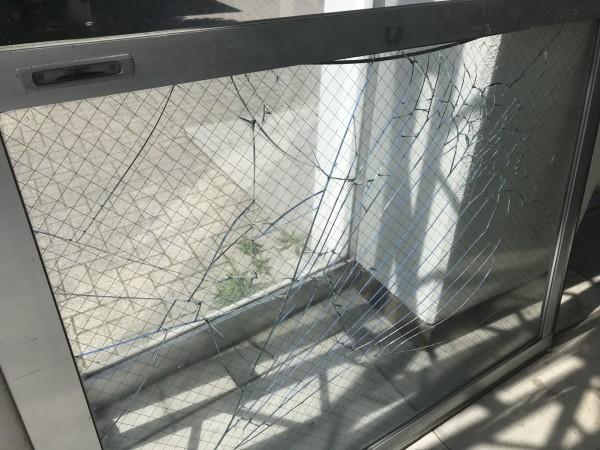 破損した共用玄関ガラス扉拡大写真