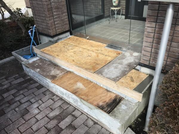 玄関タイルの劣化部分を取り除く。