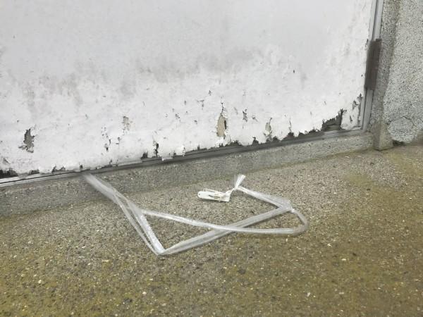 面材が剥がれた勝手口ドア