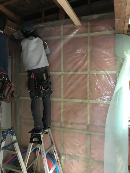 外壁側の壁に新しい高性能グラスウール