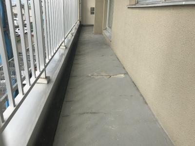 ヒビの入ったバルコニーの床