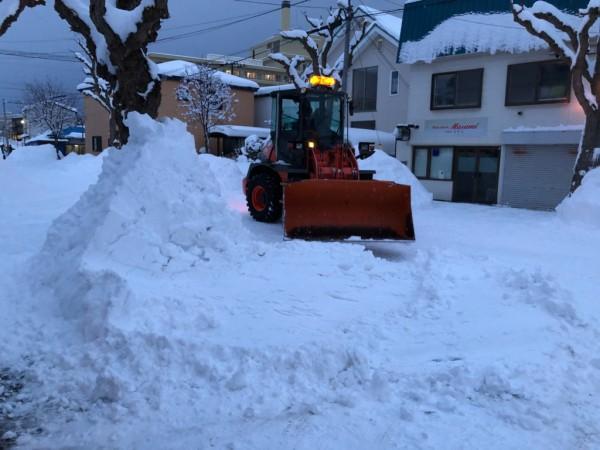 敷地道路にたまった雪