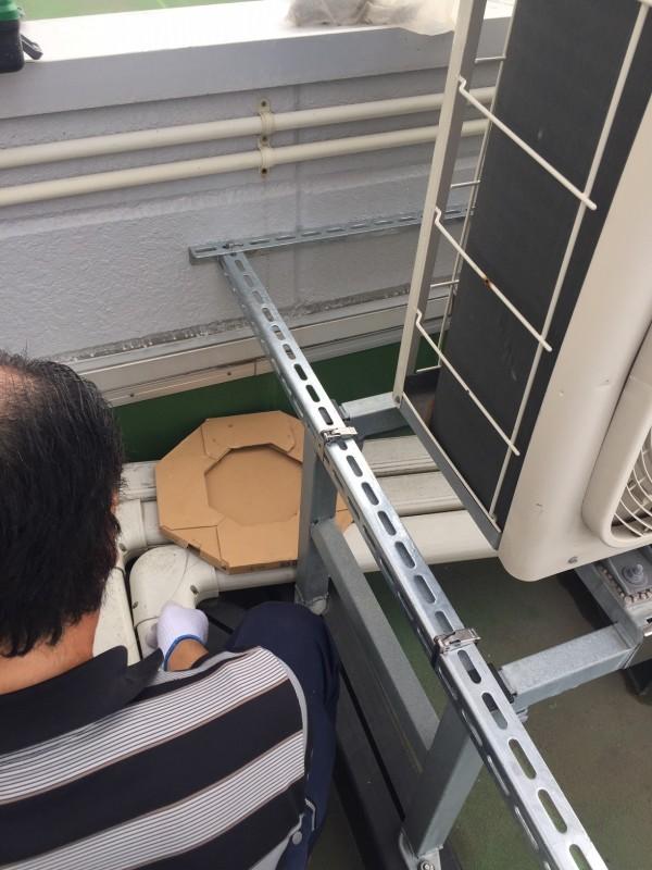 壁と室外機をアングルで固定