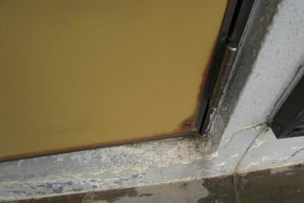 腐食した玄関扉の拡大写真