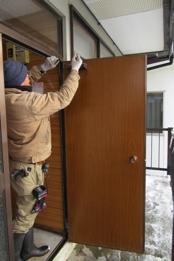 新しい玄関扉の取り付け