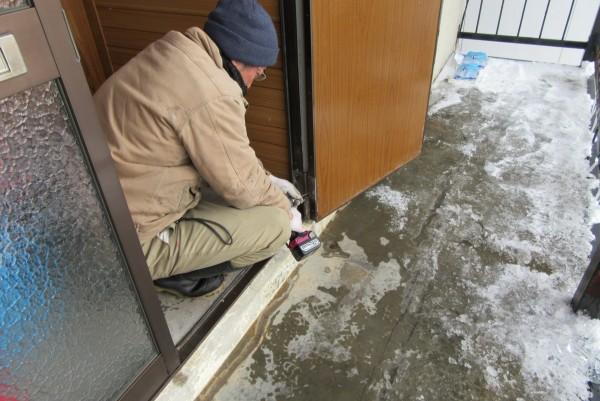 既存の玄関扉の寸法と同じ新品の扉を製作し取り付けました。
