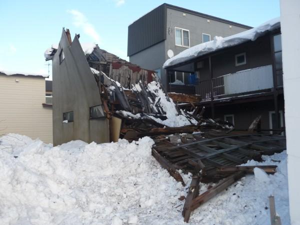 古民家が雪の重みで倒壊した様子