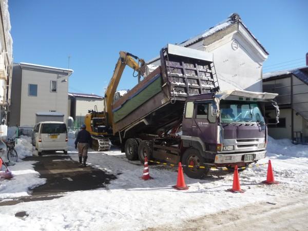 トラックで雪を搬出