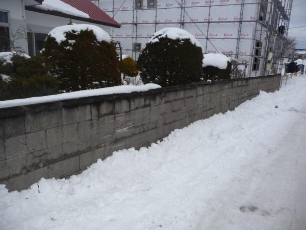 車が接触して破損したブロック塀