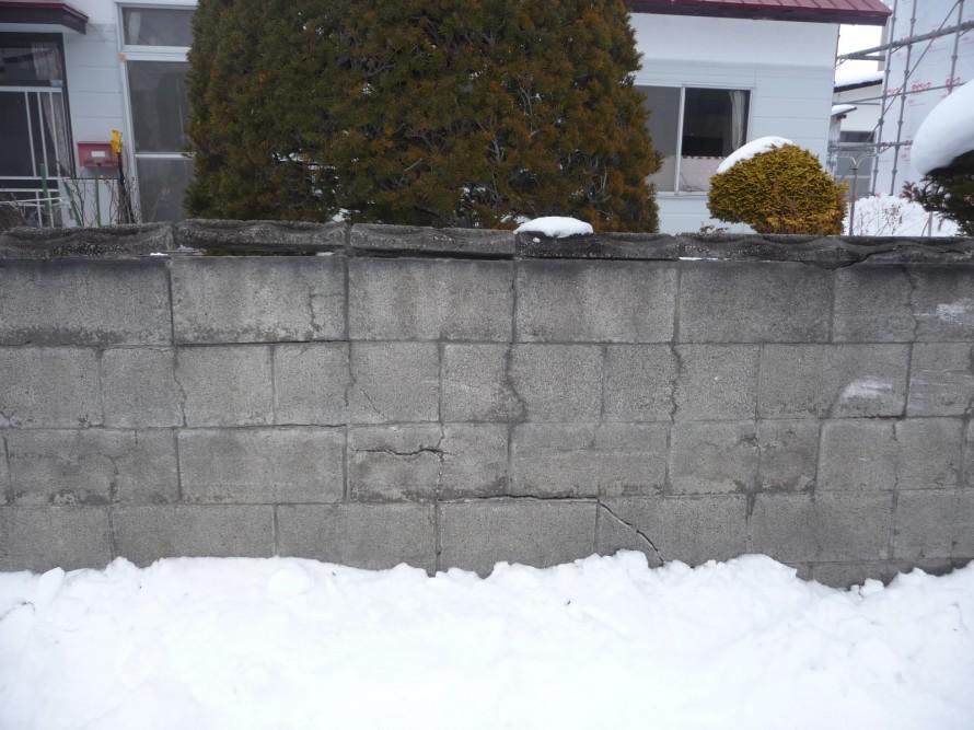 車両がぶつかったブロック塀
