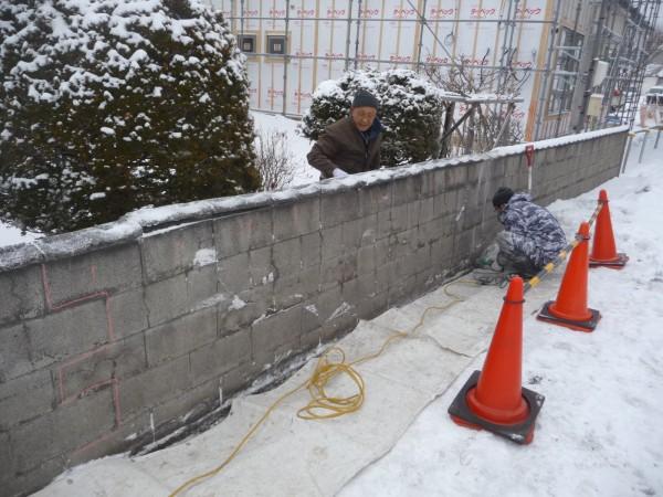 ブロック塀を修繕する様子