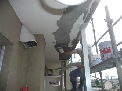鉄筋防錆材兼下地調整材で鉄筋を保護
