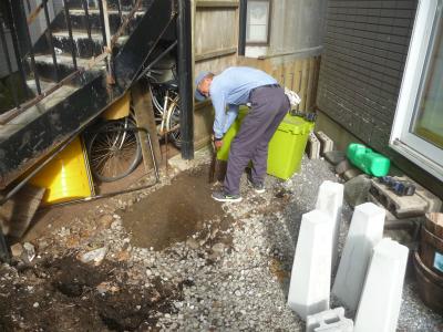 基礎を埋めるために掘削