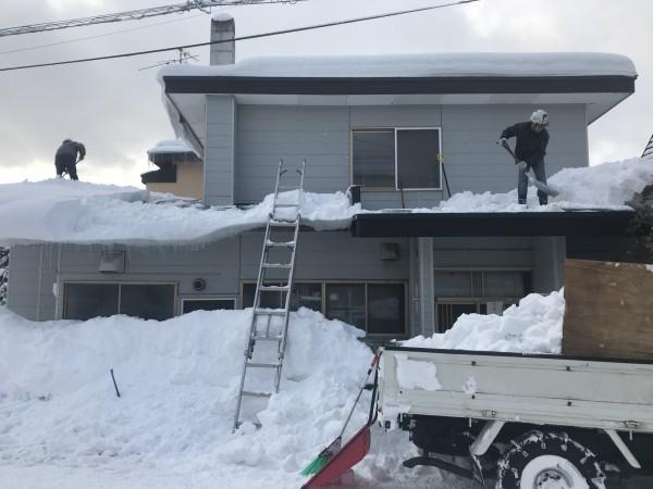 玄関屋根からトラックへ直接雪下ろし