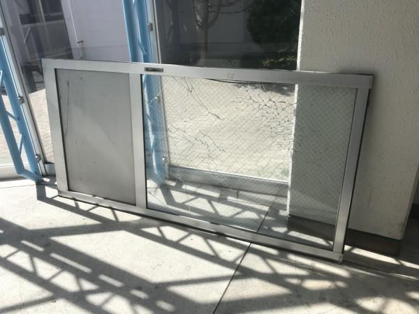 破損した共用玄関ガラス扉