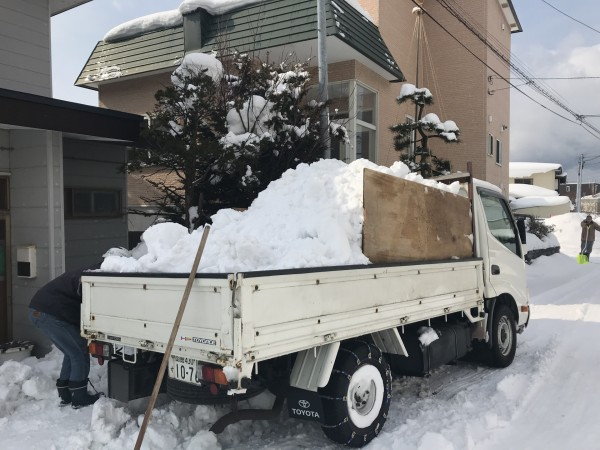 トラックに積まれた雪