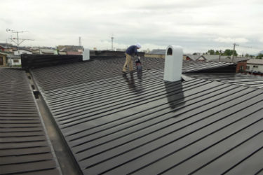 函館市美原の住宅屋根塗装工事、樋取付工事、エアコン配管支え取付