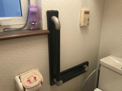 L型手摺設置後のトイレ