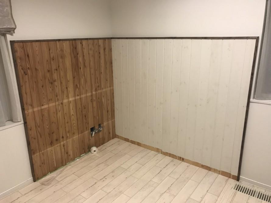 貼り付けた板材の廻りに見切りの木材を留めつけました
