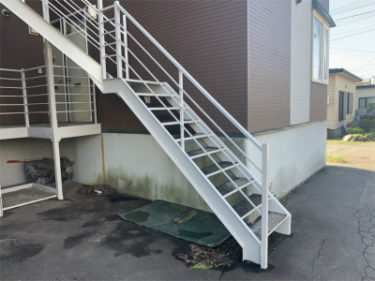 函館市深堀町の集合住宅の鉄骨階段修繕