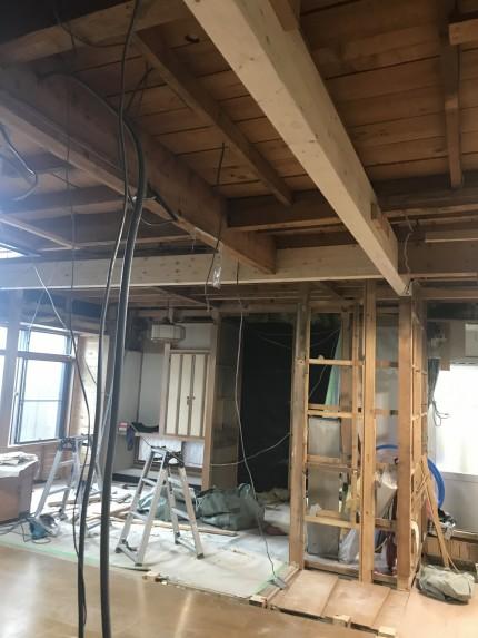 構造耐力を保つため新たな梁を設置
