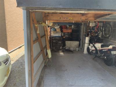 壊れた車庫の内部