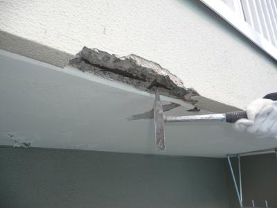 爆裂したコンクリートを落とす