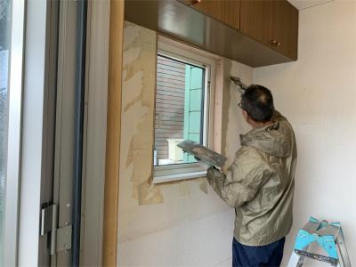 玄関窓まわりのクロスの補修
