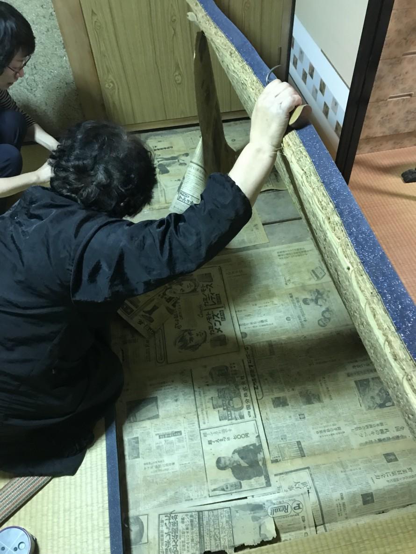 古い畳を剥がす
