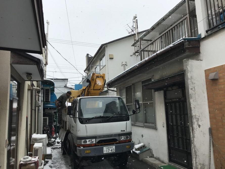 狭い路地での高所作業車での工事