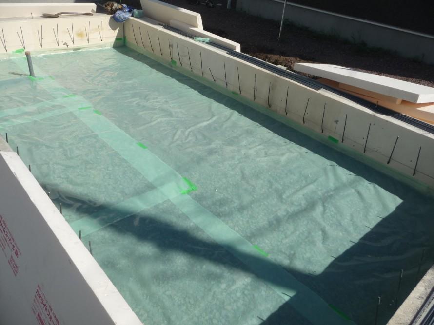 防湿シートを敷きます
