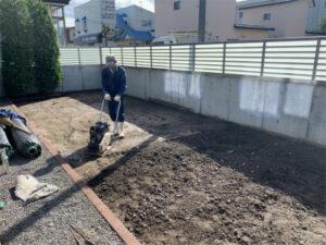 函館市本通にある住宅の庭テラス人工芝敷設工事