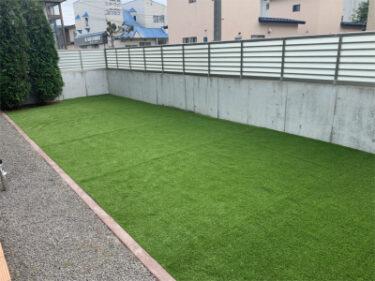 函館市本通にある住宅のテラス人工芝敷設工事